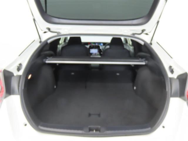 大きな開口幅で荷物を出し入れしやすいのが魅力のラゲージスペースです!リヤシートのシートバックを倒せば、更に積載容量が広くなり、よりたくさんの荷物の収納・長尺の荷物の収納が可能になります♪