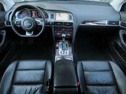 4.2FSIクワトロには本革電動シート&ヒーターが装備されております♪内装はブラックを基調としたシックで落ち着いた雰囲気の車内になっております♪パネル類にも目立つキズや汚れ等も無くとてもキレイな状態です♪