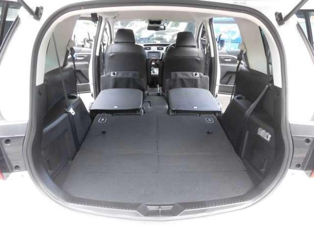 サードシートを倒せば広大なラゲッジスペースが広がります^^これは便利ですね^^