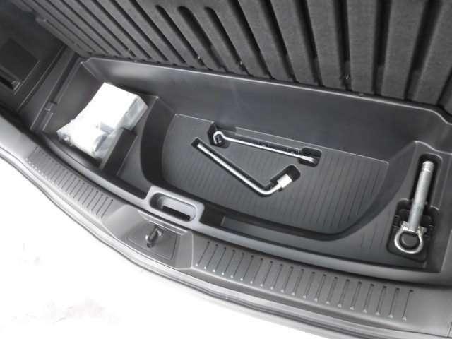 ラゲッジボードを開ければ床下収納スペースとパンク修理キットが車載されております^^