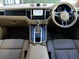 内装はメーカーOPのフロントシートベンチレーション(HOT&COOL)・コンフォートメモリー(D・N席)・ブラッシュアルミ(ブラック)・プライバシーガラス付きです。