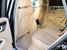 リアシートもほとんど使用感ございません。とてもきれいな状態です。リヤドアガラス・リヤガラスはメーカーOPのプライバシーガラスとなります。3ゾーンクライメイトエアコンです。後席シートヒーター付いてます。