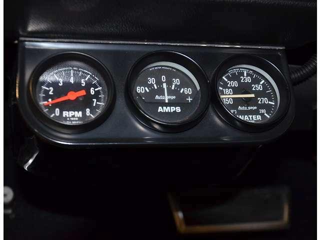 後付けメーター類(オートゲージ製:アニメーター、水温計、電圧計、油圧計/オートメーター製:タコメーター)