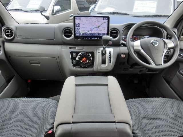 Wエアバッグ/ABS/インテリジェントキー/イモビライザー/電動格納式ドアミラー/社外ETC(未セットアップ)/純正シートカバー/フロントオートエアコン/リヤクーラー/リヤヒーターが装備されています。