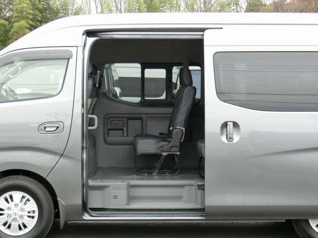 片側オートスライドドアです。スライドドア+バックドアにオートクロージャー(半ドア防止機能)が装備されています。★市販されているNV350キャラバンワゴンに、両側スライドドアの設定はありません。