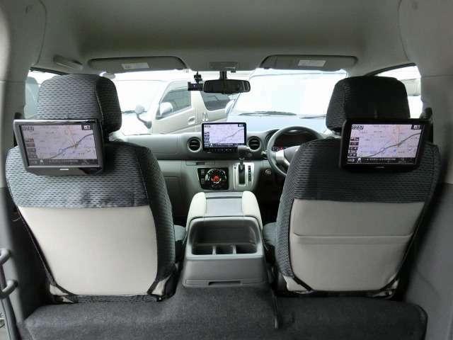 社外シートバックモニター(アルパインSSA9T)/純正シートカバー/後席全面ビニール製フロアマットが装備されています。
