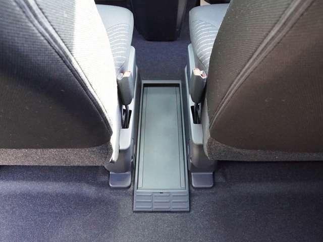 【 フロントウォークスルー 】前席から後席へ、後席から前席へのアクセスが楽チンです!降りる事なくアクセス可能なので寒い時期には車内の温度が下がる事もありません!後席で何か起きた時にすぐに移動できます!