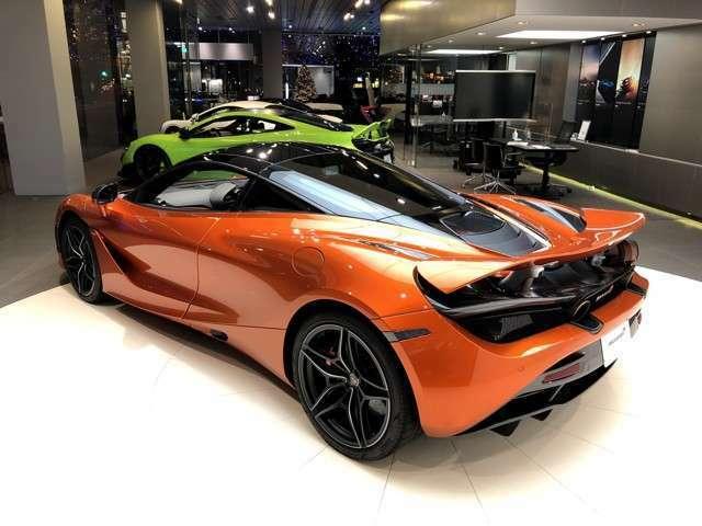 英国車らしく、運転のし易い右ハンドル。低いダッシュボードと、幅広いフロントガラスによりクリアでワイドな視界が広がる。