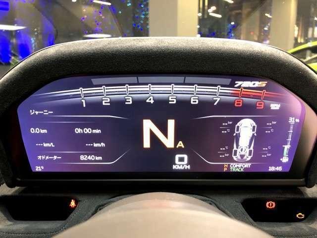 上方中央から2本出しのエキゾーストはステンレス製のオプション:スポーツエキゾースト。3000回転よりバルブが全開となりレーシングカーさながらの音を発する。
