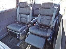 プレミアムクレードルシート・背もたれを倒すと連動して座面前部が持ち上がり、姿勢を優しくホールド。ゆとりのロングスライド機能や背もたれの中折れ機構、内蔵式オットマンも装備したシートです・コンビシート
