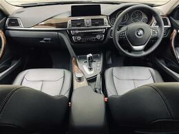 luxury専用装備:ダコタレザーシート、フロントドアシルプレート(BMWロゴ・アルミインサート付)、マルチファンクションスポーツレザーステアリング、アンビエントライト(ホワイト/オレンジ切り替え)→