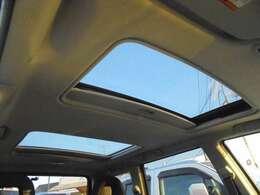 サンルーフ付きなので自然の光が車内に入り込み、明るく開放的な室内空間になります!!また外の音も拾いにくくなるので、車内で会話を楽しみながら換気が可能です♪