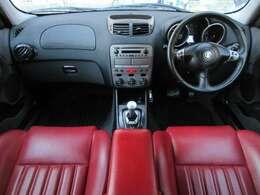 内装は赤レザーシートにブラックを基調としたスタイリッシュ且つエレガントな雰囲気の車内になっております♪パネル類にも目立つキズや汚れ等も無くとてもキレイな状態です♪