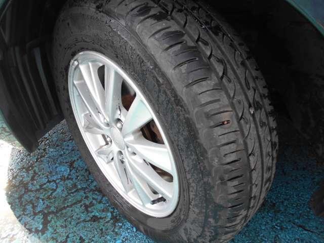 タイヤはヨコハマ製ブルーアース付き!!タイヤ山は5~6分山程あり!!新品&スタッドレスタイヤも格安海外品から国産品まで各種取り扱えますので交換ご希望の方はお気軽にご相談下さい!!!