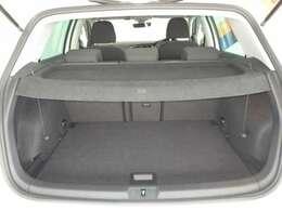 通常でも十分な広さが確保できます。後席を倒すことができるので積み荷の大きさや形状に合わせてシートアレンジが可能です!!