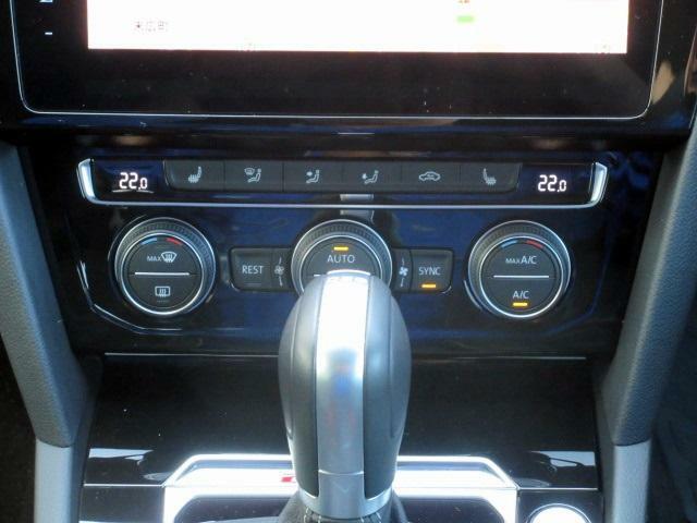 エアコンは運転席、助手席、後部座席独立エアコンの3ゾーンフルオートエアコン