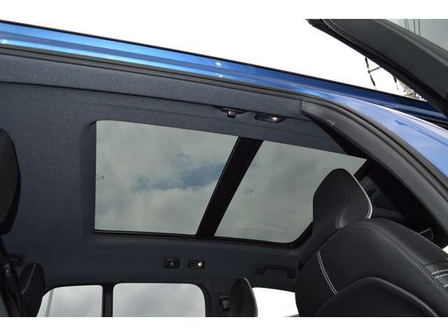 大きなガラスサンルーフで開放的な車内をお楽しみください