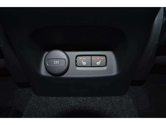 リアシートにも3段階の調節ができるシートヒーター、USB-Cポートも付いています