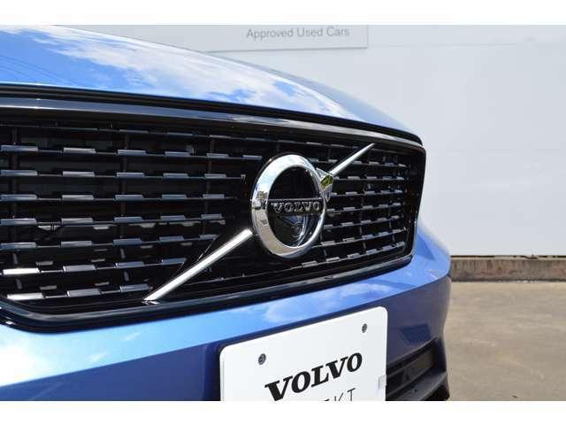 フロントカメラはデザインも重視しVOLVOのロゴマークに内蔵されています