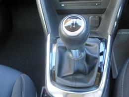 5速マニュアルトランスミッション★意のままに操れる爽快な操作フィーリングが、ドライブする歓びを広げます。