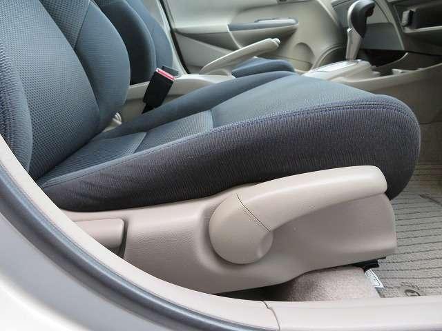 自分に合った姿勢で運転することは疲労軽減にも繋がるので重要です。高さ調節のできるシートリフター付いてます♪