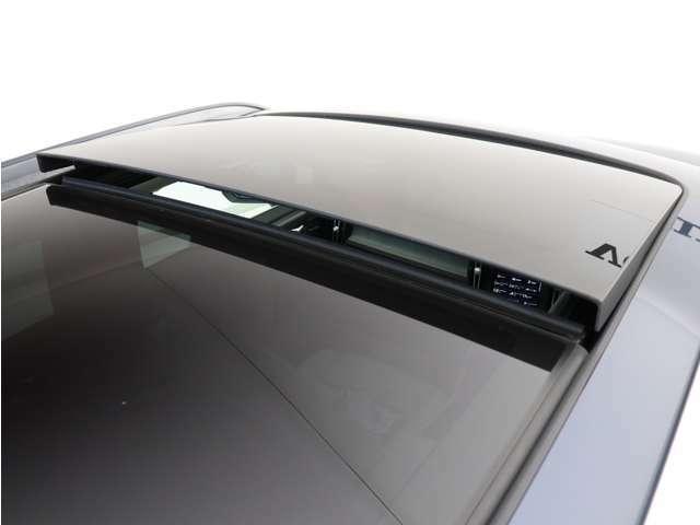 【チルトアップ機構付電動パノラマ・ガラス・サンルーフ】ウインドデフレクターと通気孔付ファブリックを使用したサンブラインドがガラスルーフの下に取り付けられており、強い日差しなどから保護します。