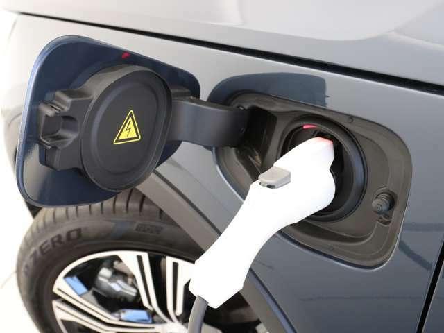 専用コードを接続するだけで簡単に充電が行えます。プラグインハイブリッドモデルRecharge Plug-in hybrid T5は、走行中の充電のほか自宅などに設置された充電機器からの充電が可能です。