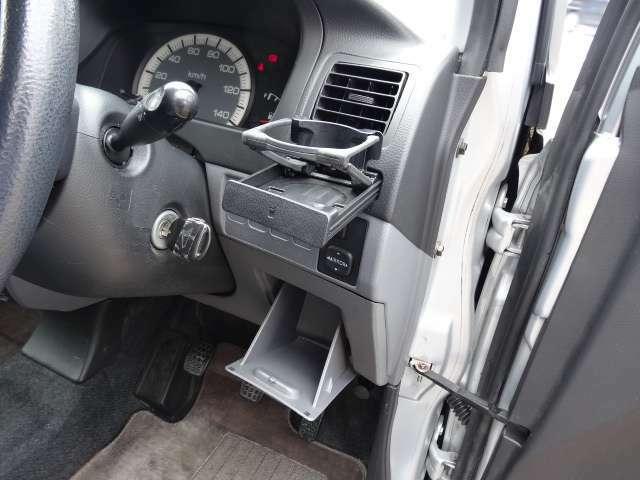 運転席横にはドリンクホルダー付き