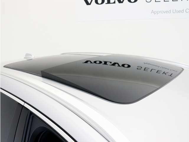 室内の開放感を高め、明るい外光を取り込むチルトアップ機構付電動パノラマ・ガラス・サンルーフは、フロント側がボタン操作で開閉可能です。
