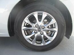 標準装備の純正15インチアルミホイール。タイヤサイズは185/65R15です。