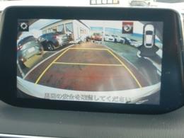 バックカメラ付きですから後ろの視界もお任せ下さい!シフトをRギアに入れると、ナビ画面に自動で切り替わりリアバンパー付近を映し出します。目視と併せて活用することで、慣れない場所での駐車も安心です