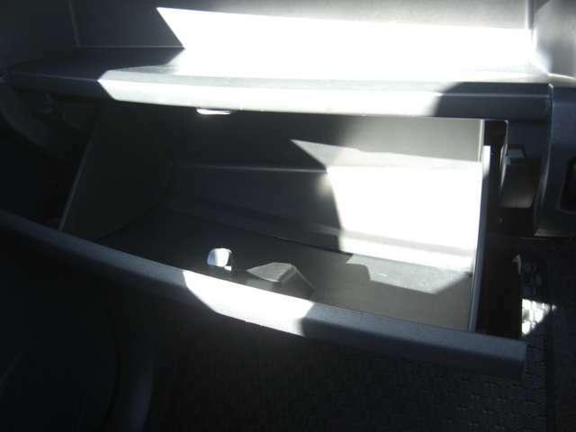 グローブボックスです♪助手席の前にあります収納ボックスです。車検証や取扱説明書の保管に便利です♪