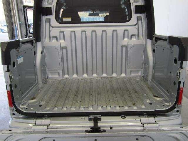 ハイゼットカーゴの高い基本性能をベースにしたデッキバンは4人乗れて、オープンデッキには背の高い物や、汚れたものを積載できます。