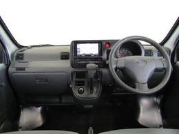 シンプルながら、よく使う小物にあった収納を運転席まわりを中心に充実させています。