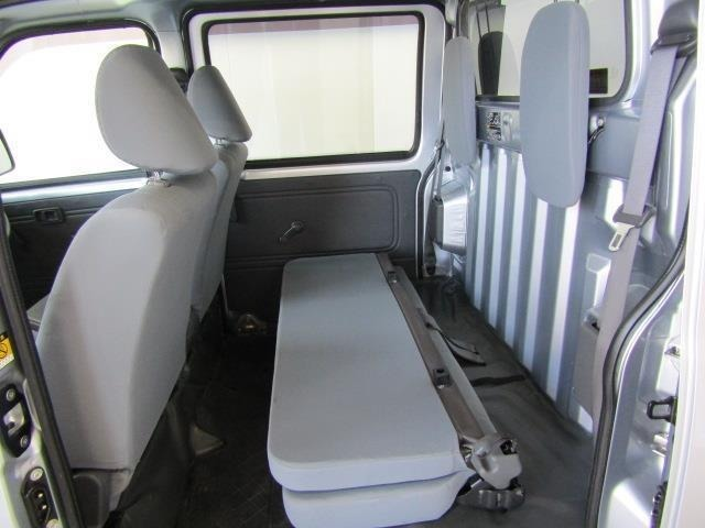 リヤシートを格納すれば広くて平らなユーティリティスペースとして荷物が積めます。