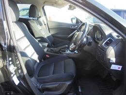 セミバケットシートはホールド性良好。大型シートでロングドライブの疲労軽減です。