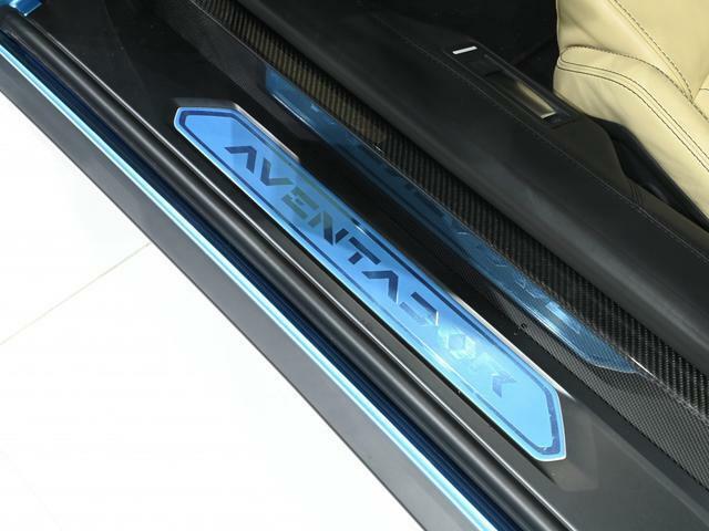 キックプレート部のAventadorのロゴは新車時からの保護シールがかけられたままです。