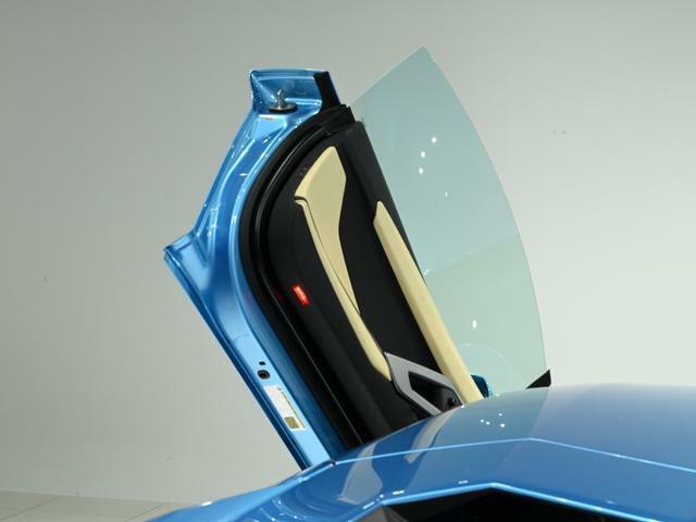 ランボルギーニ、フラグシップモデルの特徴である、「シザーズドア」。 開けている際の存在感は見るものを虜にします。