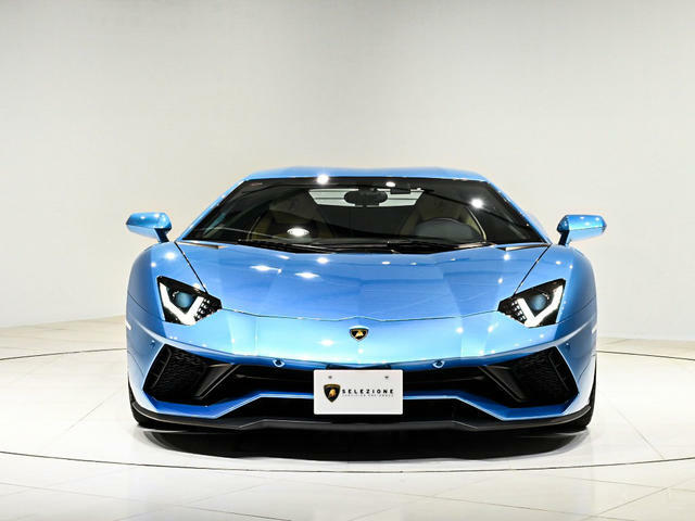 スカイブルーという呼び方が相応しいほどの鮮やかで印象的なブルーのお色となります。