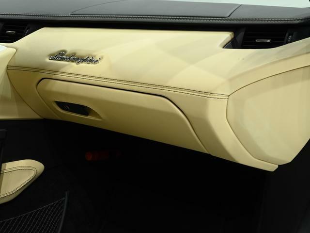 ダッシュボードにはLamborghiniのロゴが施されております。