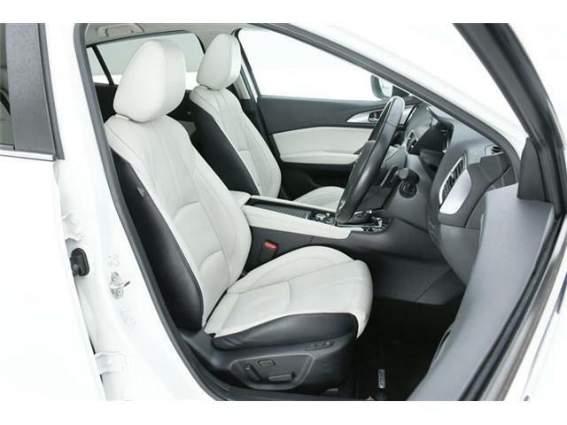 シートは高級感ある本革仕様のホワイト革シート♪運転席にはパワーシート搭載!さらに前席左右シートヒーター搭載です!