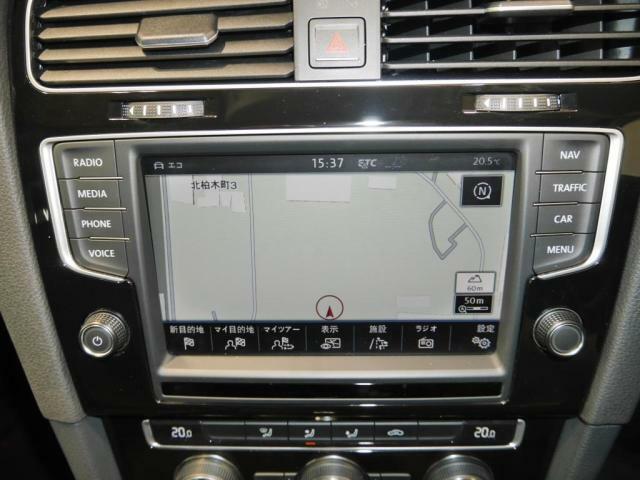 Volkswagen純正ナビゲーション、DiscoverProを装備。運転席側に向けて若干傾斜しており、視認性や操作性が高くなっております。
