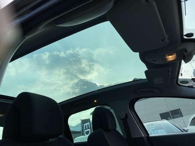 サンルーフ付き、これからの季節に最適です。サンルーフを開けて、風を感じながらのドライブもいいですね!