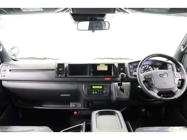 シフトレバーなど操作系がドライバー側に集約され使いやすいレイアウトです。水平なインパネで視界が良く、アイポイントも高く見晴らしも良いのでロングドライブでも疲れにくいですよ。