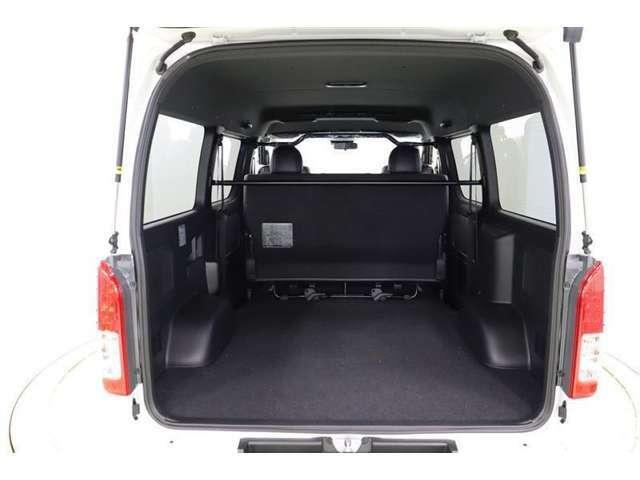 後部座席を畳まなくてもこのスペースです!フラットフロアとでっぱりの少ない側面、四角いスペースは荷物の形状を選ばず、積み込みやすいですね。