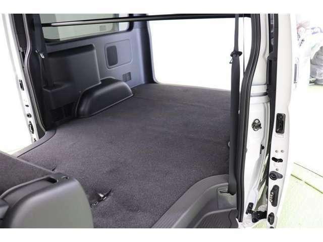 後部座席は軽い力で前席の後ろにチップアップ、スライドで格納できます。広い室内スペースはアイデアとアレンジ次第で幅広く活用できますよ。