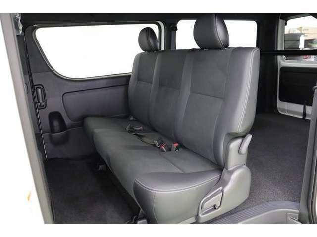 後部座席はベンチシートタイプでフラットにすれば隙間のない分ゆったりと休めます。車内泊などでもストレスなく横になれますね。後部で調整できるリアクーラー、リヤヒーターもあり、快適に過ごせます。