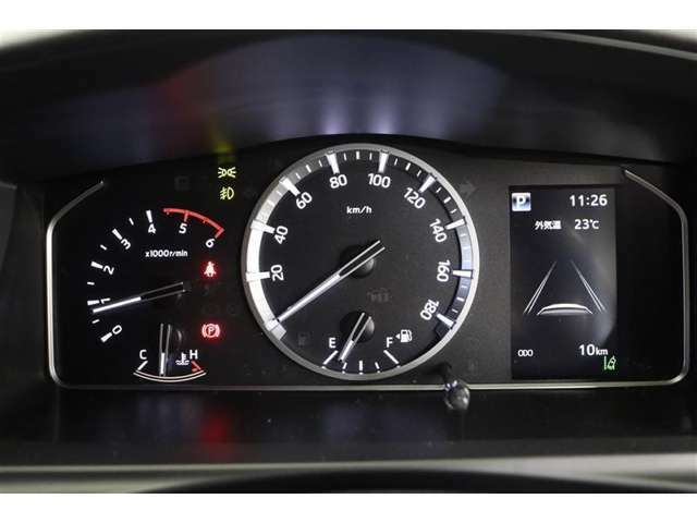 メーターとディスプレイは視認性が良く、昼間でもしっかりと表示が確認できます。燃費や航続可能距離などの情報や外気温を大型液晶ディスプレイに表示。ディスプレイ表示はステアリングスイッチで切り替え可能です。