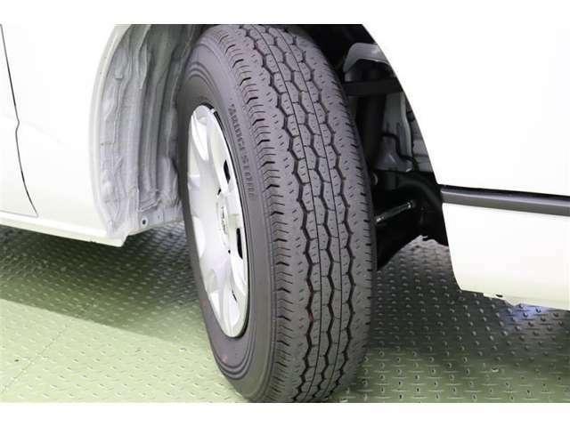 タイヤサイズ 195/80R15 スチールホイール用ハイグレートタイプのフルホイールキャップ装着です。