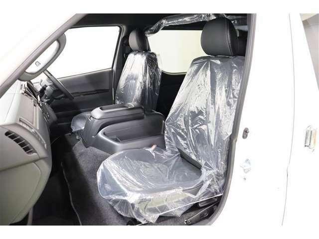 座面と背面には通気性が良く滑りにくいファブリックを、サイド部分とヘッドレストには合皮を使っているので、快適性に高級感がプラスされたシートになっています。運転席、助手席間は足元も広く、移動もラクラクです